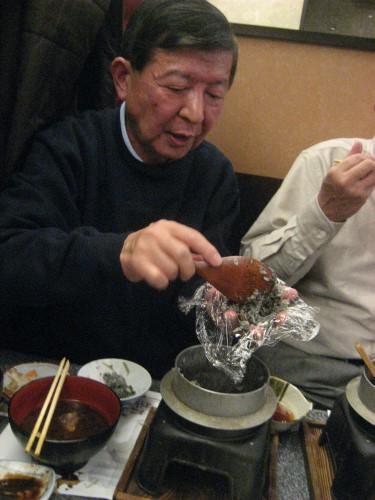 イカ釜飯の墨汁がしみ込んだご飯