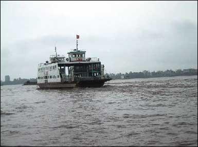 メコン川を船で渡る