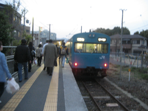 和田岬線は、和田岬の工場で働く人たちのための通勤用の電車です