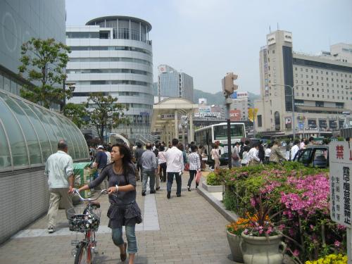 街を歩く人の装いは、1ヶ月前と比べて、すっかり夏服が目立っています