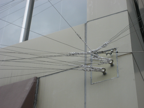 電球を付けた木枠を支えるワイヤー