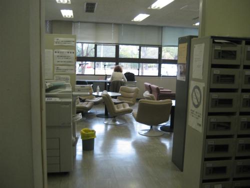 非常勤講師の控え室で学生の眠気対策を考えます