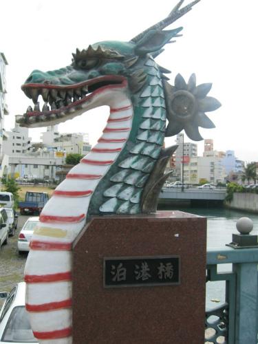 泊港橋にかかる欄干には竜の彫刻