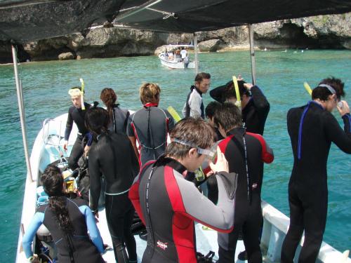 真栄田岬へダイビング:マリンクラブ「バスロ」