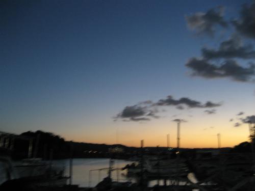 夕闇の迫る恩納漁港