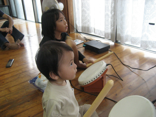 プレイステーションⅡを使って、太鼓の練習をするお孫さんたち