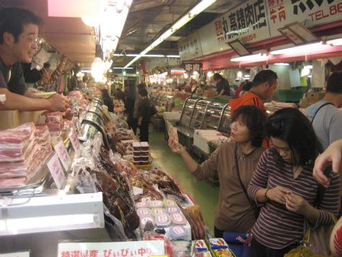 牧志の市場の1階の食料品店