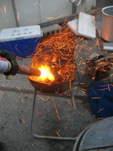 冨着信和会長が持ってきてくれた鍋で、ステーキを焼きます