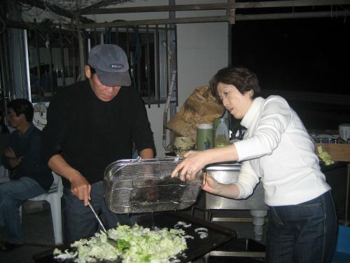 大忙しで焼きソバを作る松葉博雄