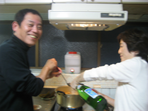 味噌や日本酒を入れて、牡丹鍋の味を調える松葉博雄