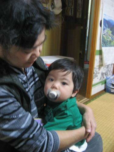 お孫さんを抱く、冨着絹子さん