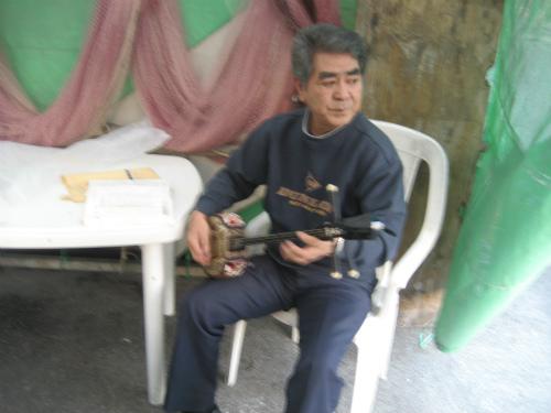 三線で沖縄民謡を演奏する松田光正さん