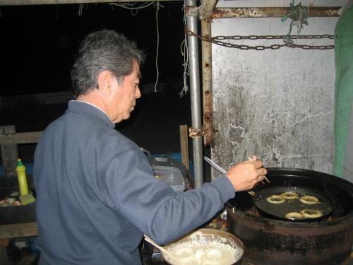 玉ねぎの甘さが美味しいオニオンリングを揚げる、松田光正さん
