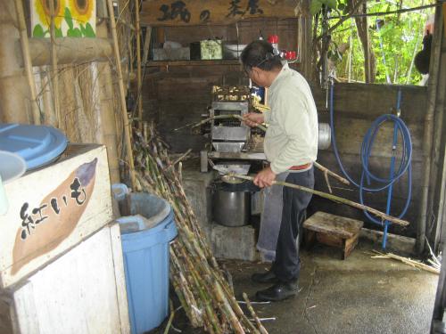 さとうきびを機械で搾って、それを大釜で煮詰めて、ドロドロの原液にします
