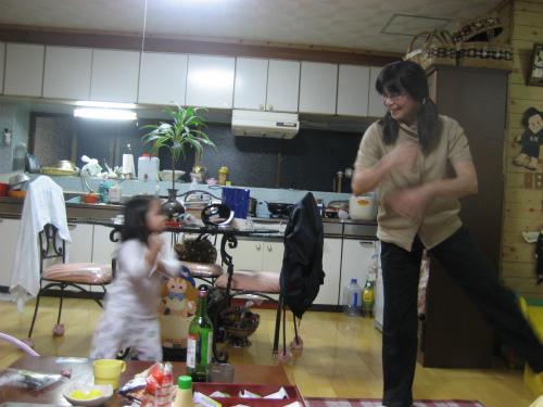 アンパンマンの踊りをしてくれるクレアちゃん