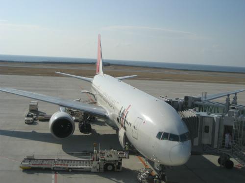飛行機を整備する人は、二重でチェックをしています