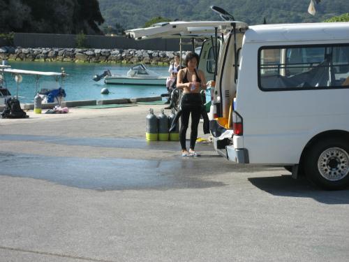 沖縄の恩納村には、2月でもダイビング客が来ています