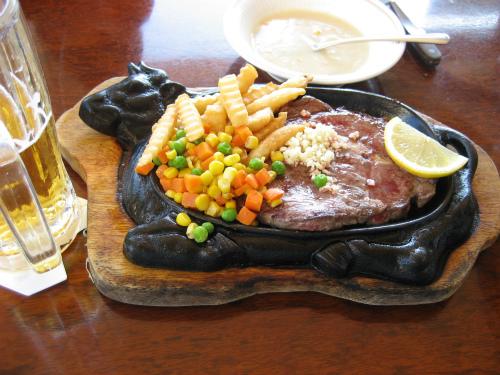 レストラン漢那(かんな)で、ステーキを食べました