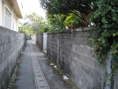 前兼久の細い路地