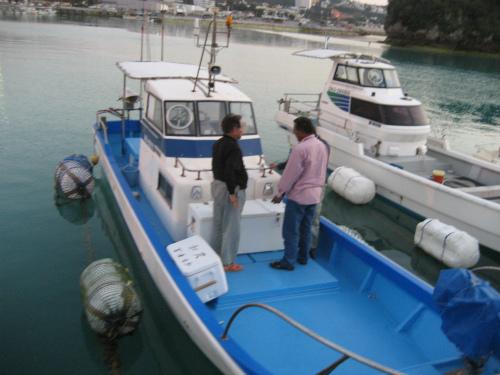 朝日会会長の冨着信和さんが、30キロを超える大物のクエを釣り上げました