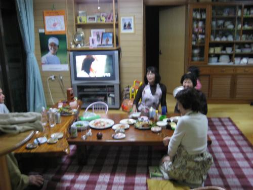 クレアちゃんと伊音ちゃんは、お土産のアンパンマンのシャボン玉に夢中です