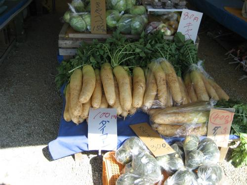 フリーマーケットでは、たくさんの野菜が売られています