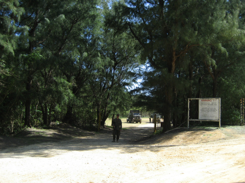 キャンプの正面には、銃器を持った衛兵が立っていました