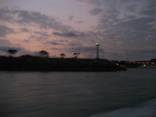 ムーンビーチ沖のサンマリーナホテルの前を通って漁場に行きます