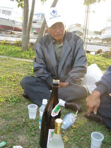 広場で、老人会のメンバーが、お酒を飲んでいました