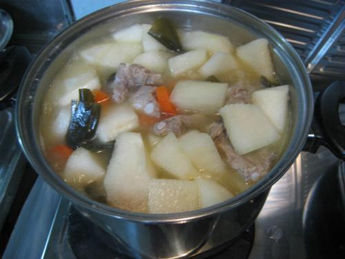 一緒に野菜、昆布を煮込んだソーキ汁