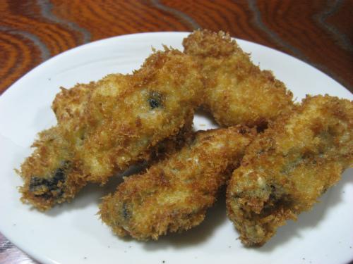 牡蠣フライと合わせて、三度豆のフライを作ります