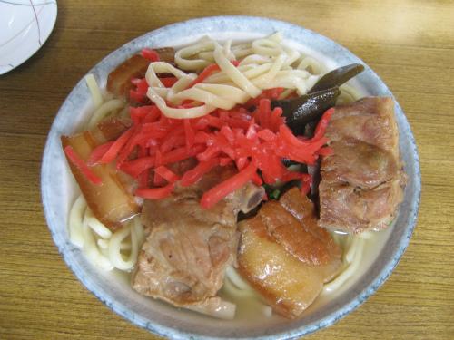 ソーキ蕎麦と3枚肉のそば、いずれも500円です