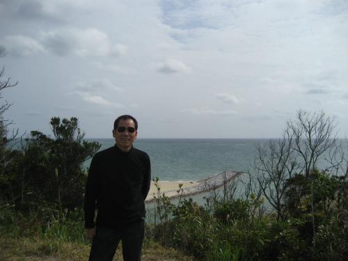 東村の役場には、芝生が広がっていて、海が見えます
