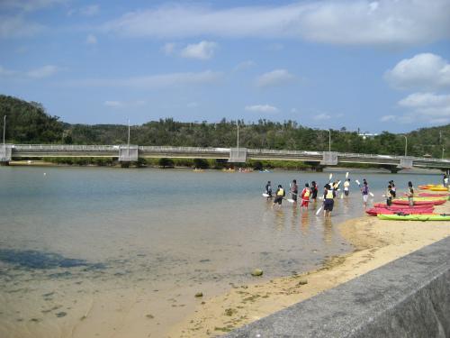 たくさんの若い人たちが、カヌーの練習をしていました