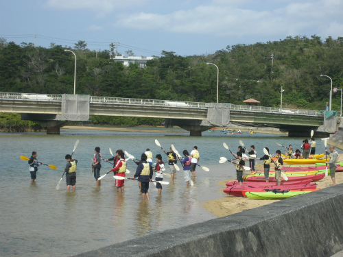 10分ほど説明を聞けば、2人乗りのカヌーに乗って、川を遡っています