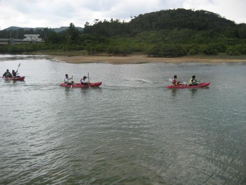 さっき着いたばかりの人たちが、カヌー、カヤックを楽しんでいます