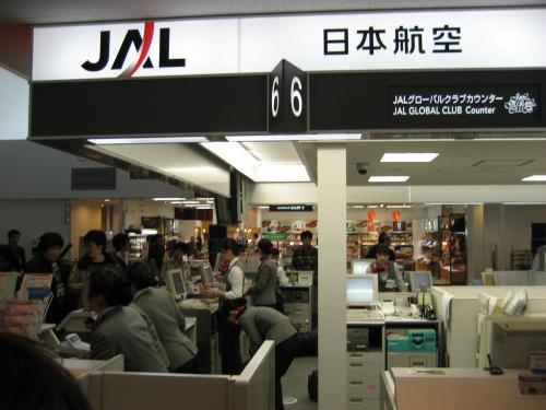 神戸空港のJALの受付カウンター