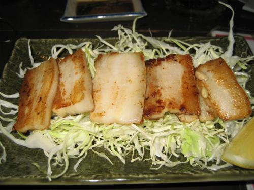 博多の屋台での定番料理、豚肉の軟骨の部分を焼いてもらてちます