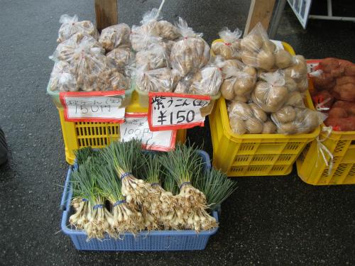売店では野菜を売っています