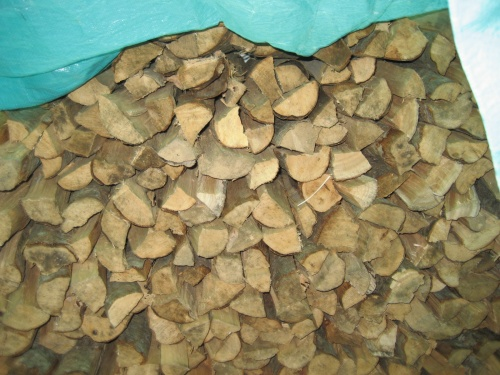 店の前には、燃料に使う薪が積んであります