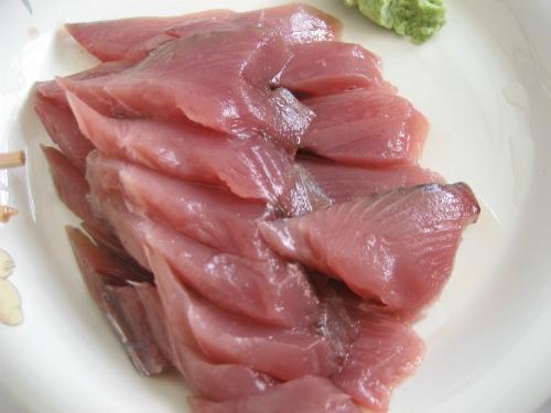 天ぷらを揚げている間に、本部で買った鰹の刺身を頂きます