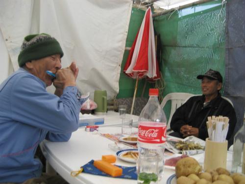 山城有銘さんが、ハーモニカで小学唱歌を演奏してくれました
