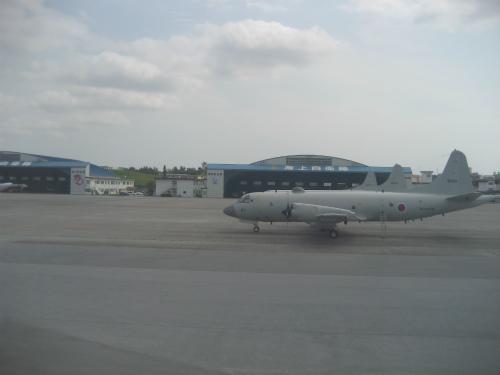 航空自衛隊、海上自衛隊の航空機が、民間飛行場と共存しています