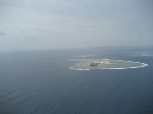 那覇空港を飛び立つと、すぐに離島が真下に見えます