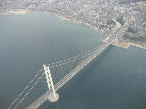 明石海峡大橋の上を飛んで、神戸空港に向かいます