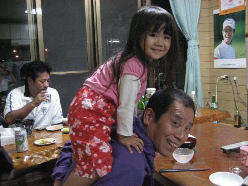 クレアちゃんは、松葉博雄にすっかりなついています