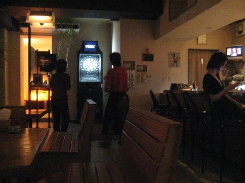 店の真ん中には、ダーツがあって、お客さんがダーツを楽しんでいます