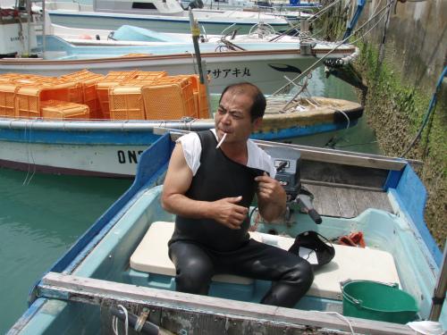 山城興善さんの船で、もずく採りに行きます