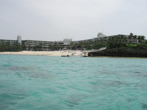 前兼久漁港からムーンビーチの前を通って、もずくを探しに行きます