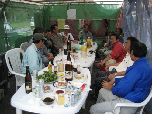 人数が増えて、酒盛りがますます盛り上がってきます